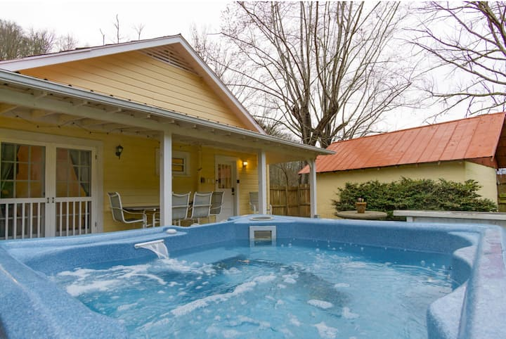 Newly renovated 3BR home- hot tub & yard