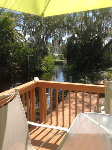 Peaceful convenient efficiency on canal with deck - Bonita Springs - Apartamento