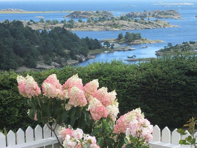 Vakker enebolig med panoramautsikt og båt, Arendal