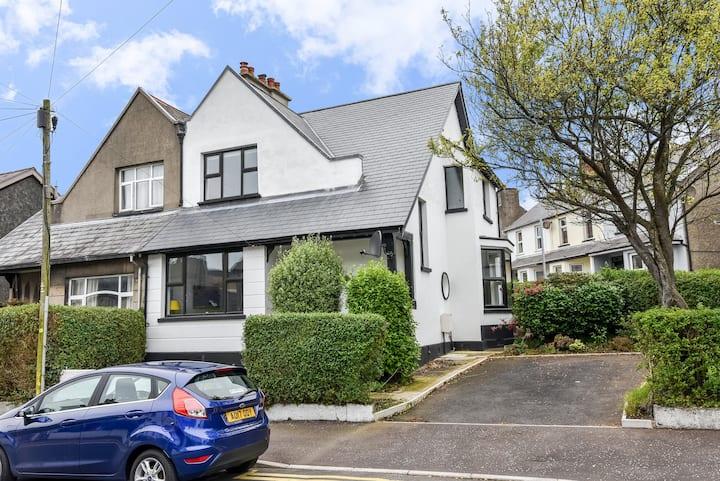 Modern, Stylish & Spacious Home, Superb Location
