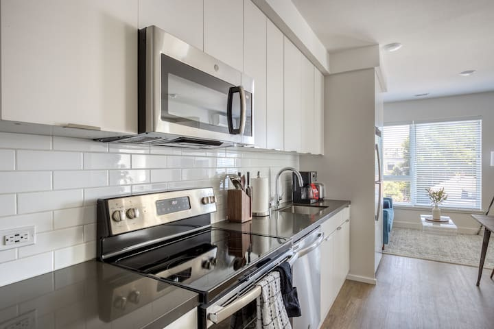 Bright 2BR in Oakland w/ Social Lounge + Parking