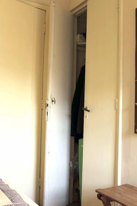 Closet, vista 2: Semi abierto. Wardrobe, view 2: Partially open.