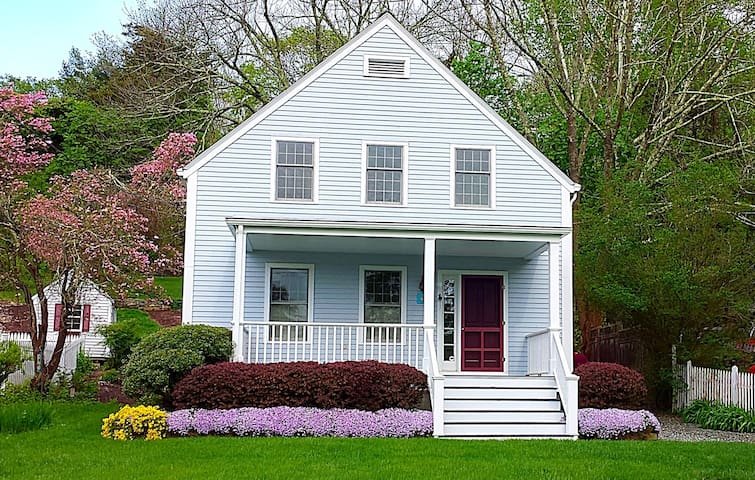 Charming Mystic Home, walk to all! - Mystic - Talo