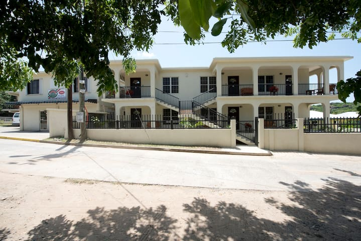 M&M Apartment Suites - Single - Spanish Town - Apartamento
