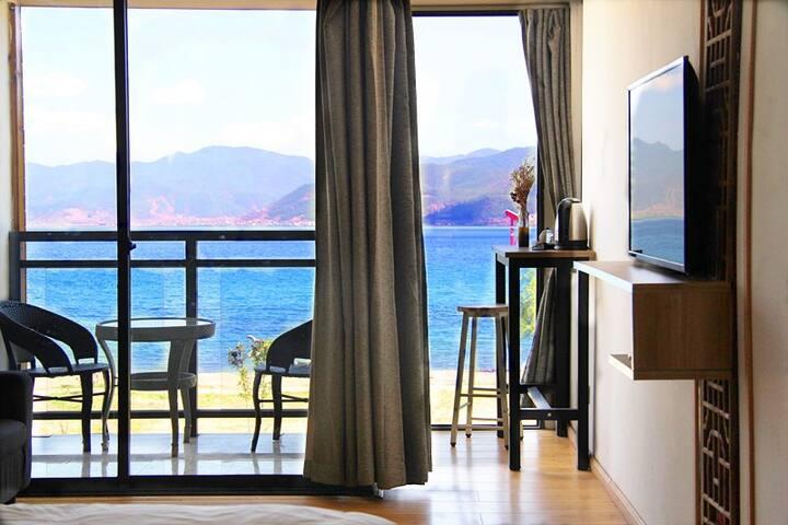 三楼湖景情侣大床| 空调、独立湖景阳台、视野开阔、安静、独立卫浴|免费拍照和小视频制作/大落水起点栈