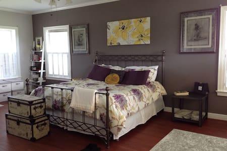 Paris master suite, country charm - Beaumont - House
