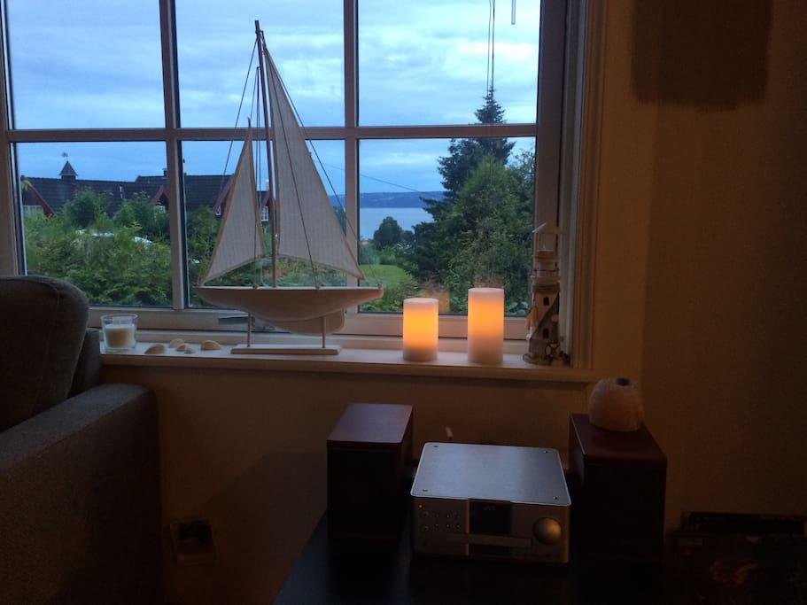 Utsikt til sjøen fra stuen.