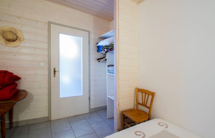 chambre 3 côté coin rangement.