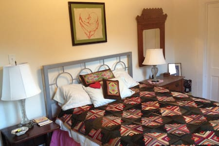 queen size bed in a cozy fun riverside apartment - Great Barrington