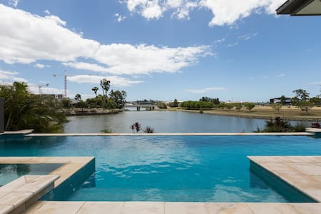 Family luxury home designed for the perfect escape - Varsity Lakes - Casa