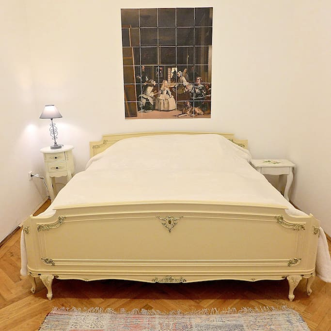 queen bed with memory mattresses