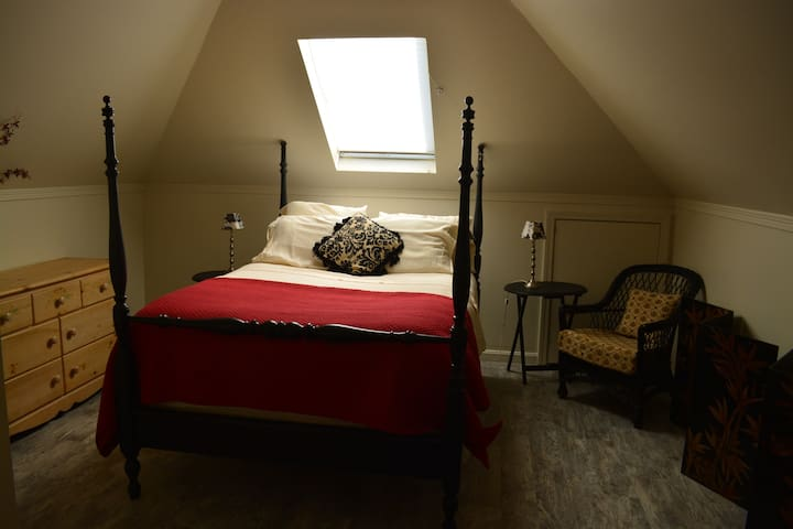 Cathedral Ceiling Country Hideaway- 1BR Apartment - Stonington - Flat