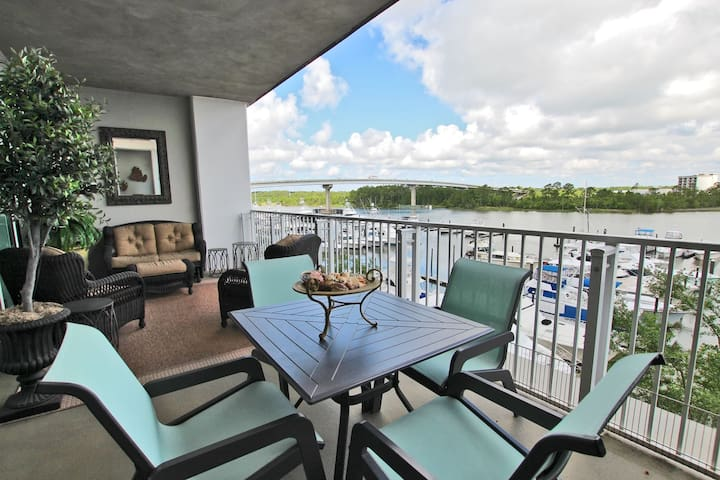 Wharf 304 - Beautiful 2BR Overlooking the Bay with Bedding for 8!