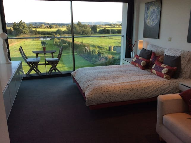 Spacious room with balcony and far reaching views - Stour Row - Bed & Breakfast
