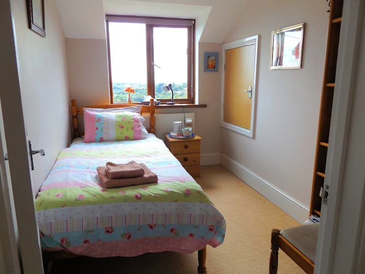 Cosy Single room, nice view, Shared Guest Bathroom