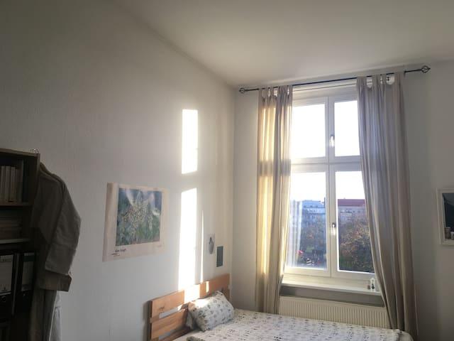 Helles Zimmer mit Parkblick in Schöneberg