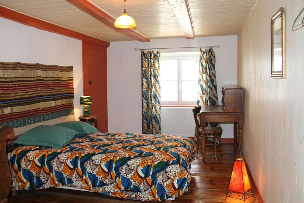 Chambre spacieuse, avec lit double et petit lit, bureau, placard et étagères