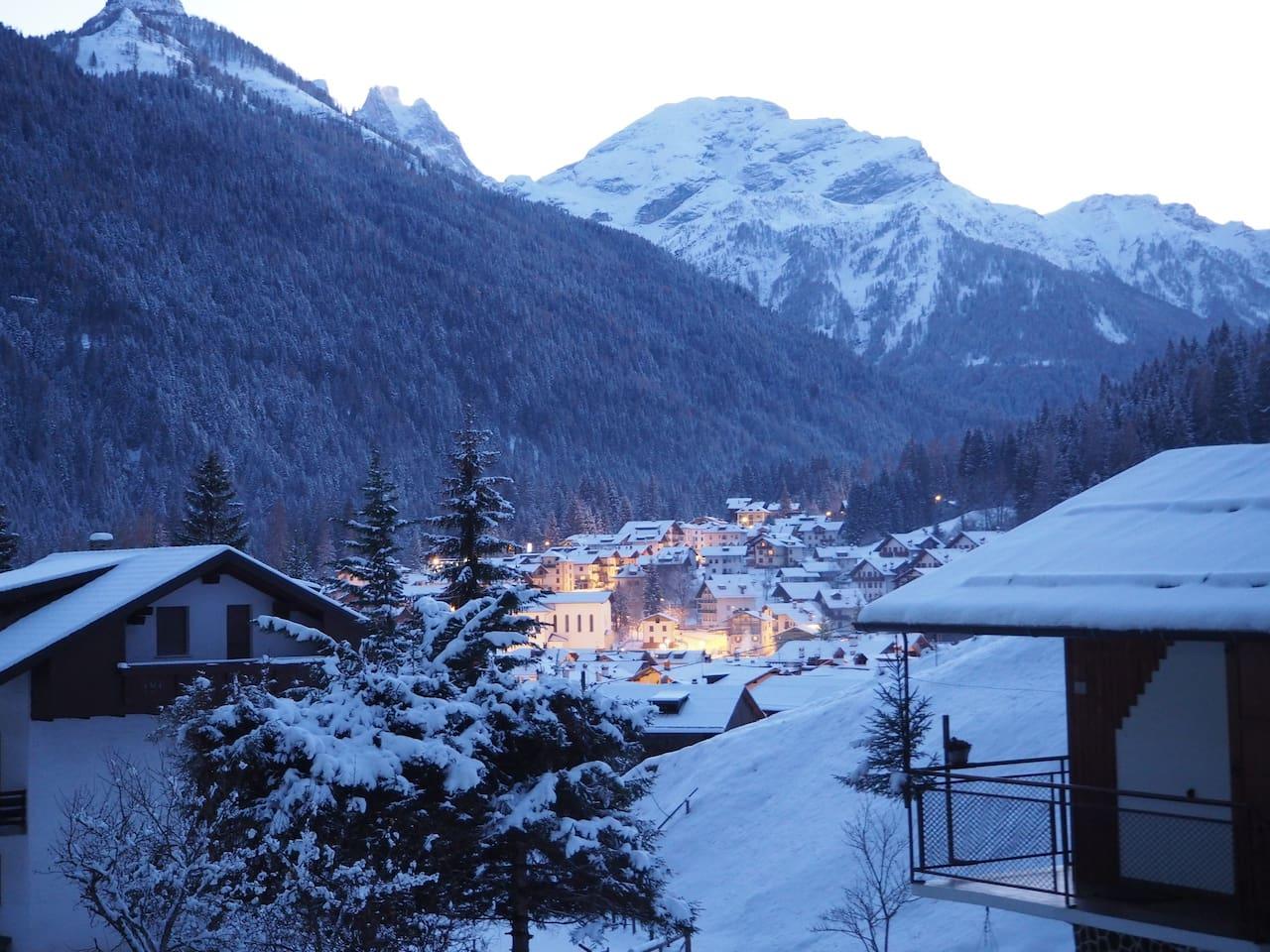 Vista dal terrazzo: Caviola con le prime luci della sera.