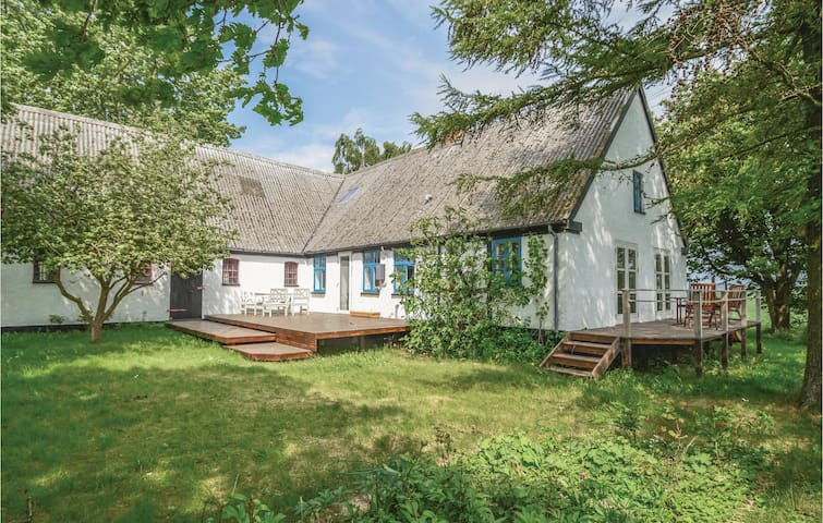 Former farm house with 3 bedrooms on 106m² in Stubbekøbing