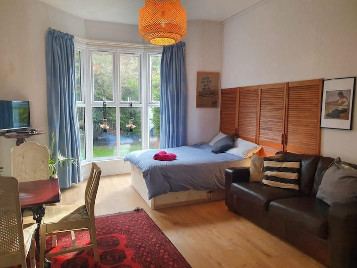 Spacious cosy studio, double bed and sofa bed.
