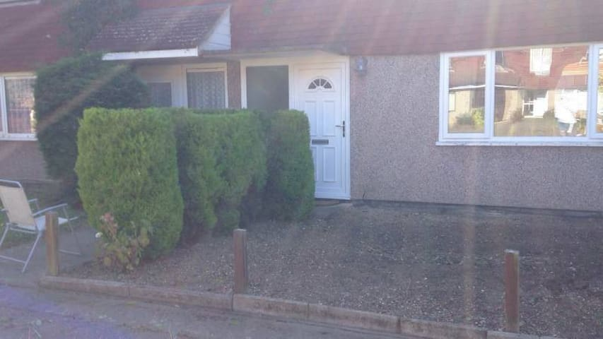 Single Room in Friendly Household - Abingdon - Casa