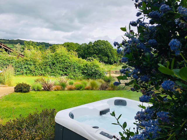 The Milkshed, Luxury Devon barn with Hot Tub