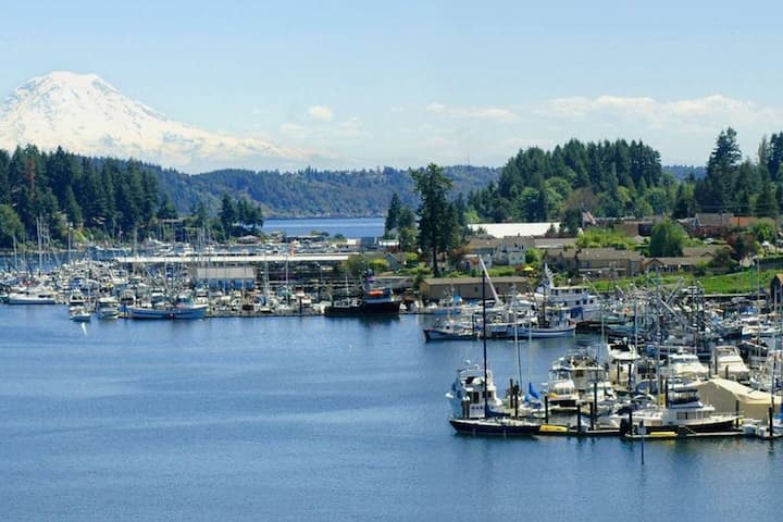 Gig Harbor walk to waterfront master suite