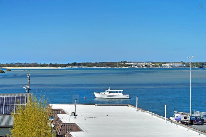 Own level with Water Views - Labrador - Byt