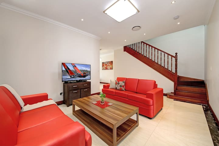 VILLA HOMELEA 10A - SYDNEY 5 Bdrm,Great for Groups - Panania