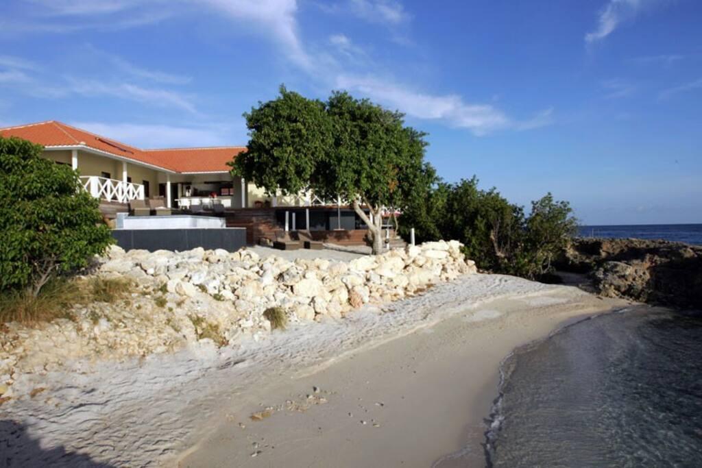 Villa Beach View direct aan het strand.