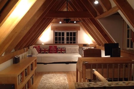 Large top floor of cottage - ケンブリッジ