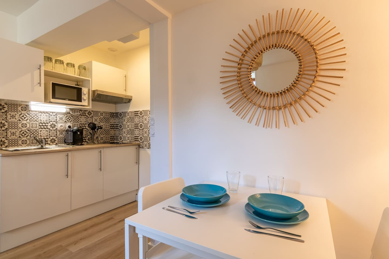 Table à manger, cuisine kitchenette.