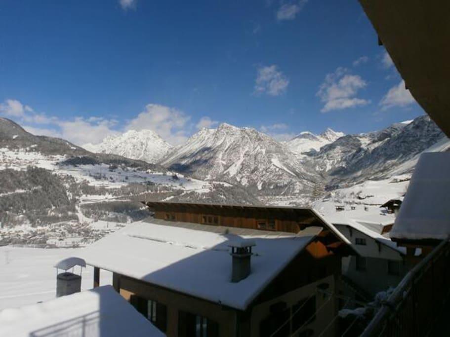 Vista panoramica dalla casa nel villaggio di Piatta. Panoramic view in Piatta village, from the house.