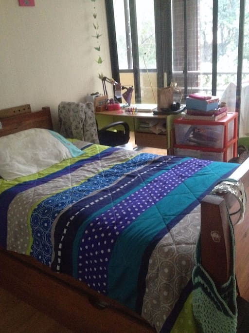 Dormitorio 1 con cómoda cama de 1 1/2 plazas y salida a la terraza