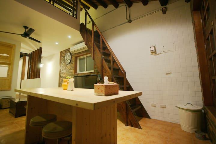 傳統台式歷史建築重生近台大世新景美站整層公寓二房可住4-7人美食天堂 陽台廚房
