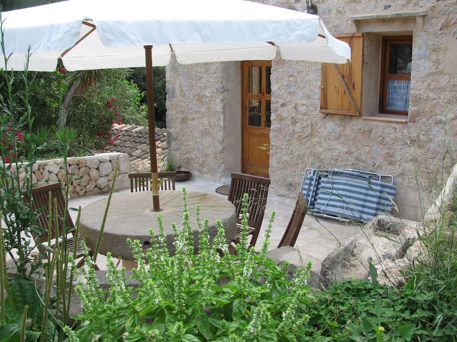 Die Terrasse vor dem Haus ist der beliebteste Ort im Sommer