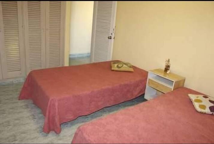 Dormitorio climatizado con camas individuales 3/4