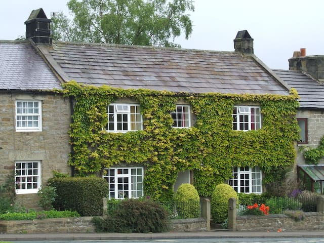 Traditional Yorkshire stone cottage - Ripon