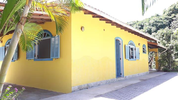 Casa com amplo quintal, churrasqueira e área verde