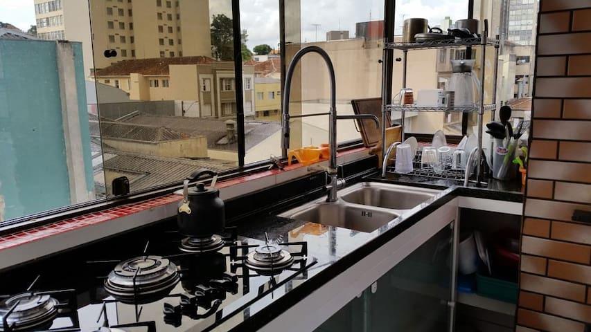Cozinha 24 horas Pia Com Duas Cubas e Torneira Alta Para Melhor Conforto