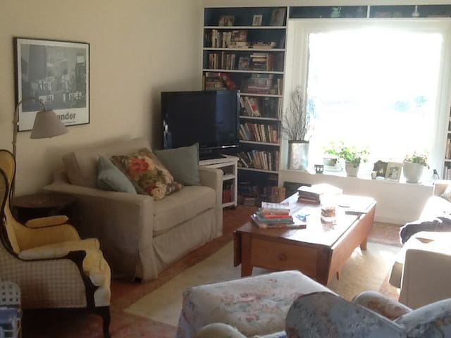 **Great location near city,  cafes, canal, park!!