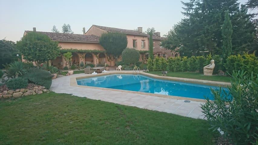 piscine  de  forme carrelé dimensions 16mX5m avec fosse de plongée