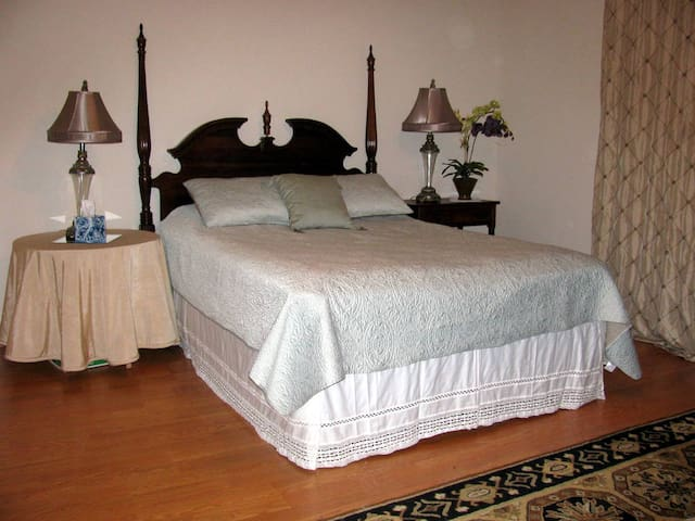 Spacious master bedroom suite - Seabrook - Casa