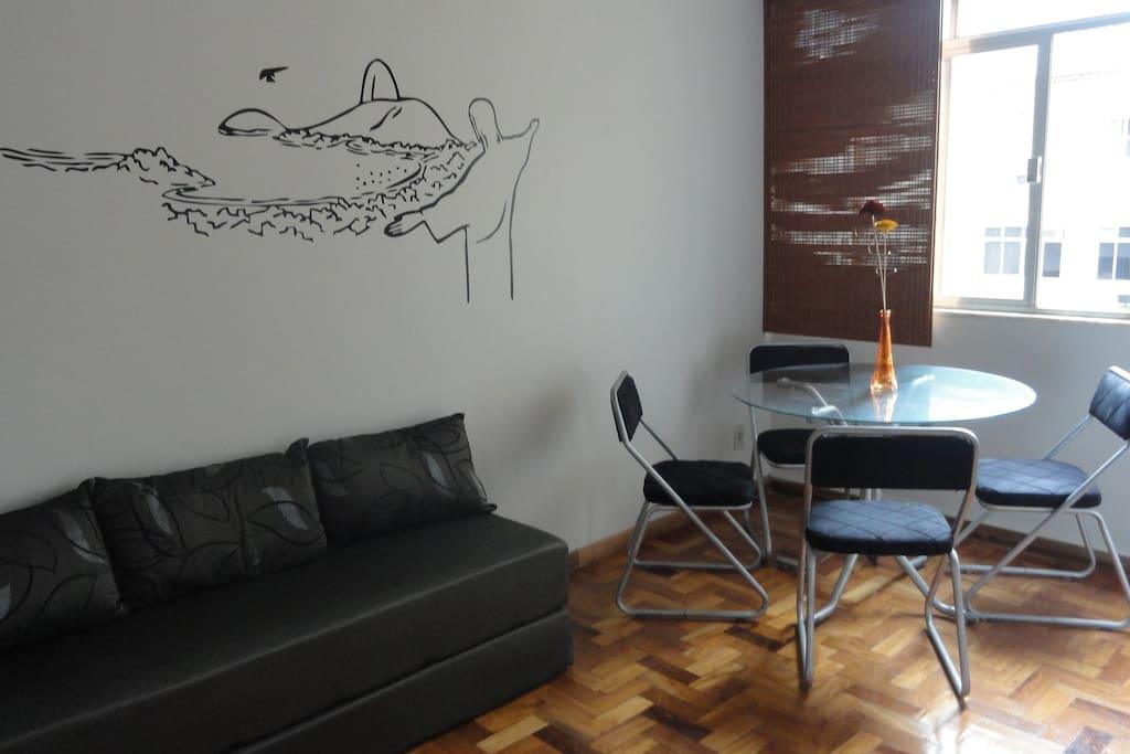 Sala com sofa cama para 2 pessoas, frigobar, televisao a cabo e internet Wifi