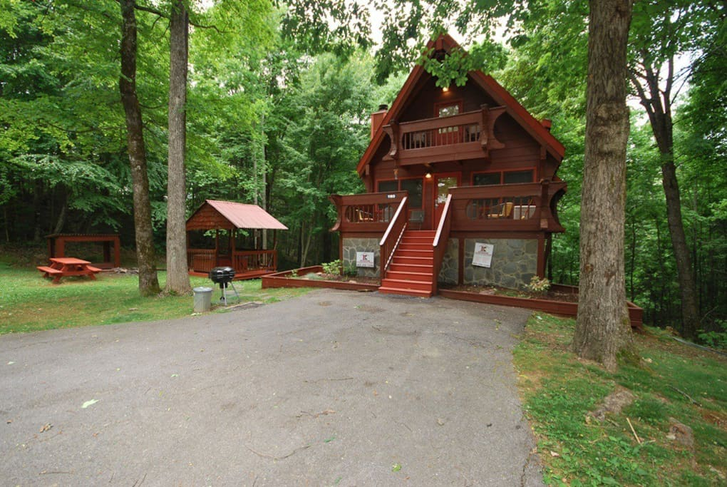 Secluded private log cabin chalets for rent in for Large cabin rentals in tennessee