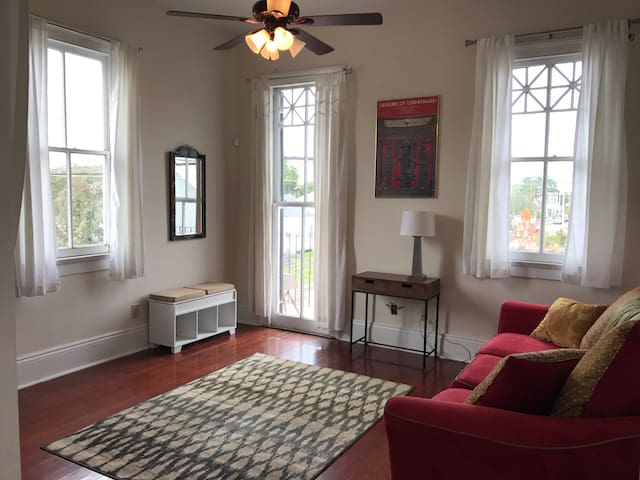 Charming uptown 2BR! Balcony! Free yoga! - New Orleans - Apartment