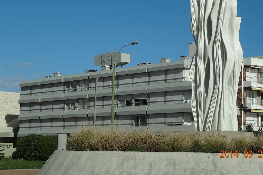 Vista del edificio. las ventanas 3 y 4 del 2o. piso corresponden al living, las del 3er. piso a los dos dormitorios. Es segundo piso por escalera.