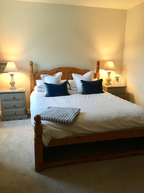 Light and airy double bedroom in Penton Mewsey.