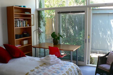 Light and modern, perfect for singles - Glen Iris - House
