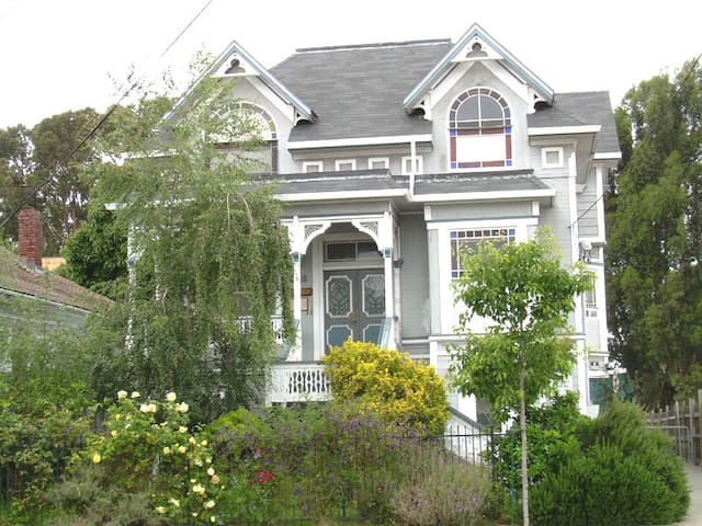 Casa Bella #B - 3 Bedroom in Heart of Temescal